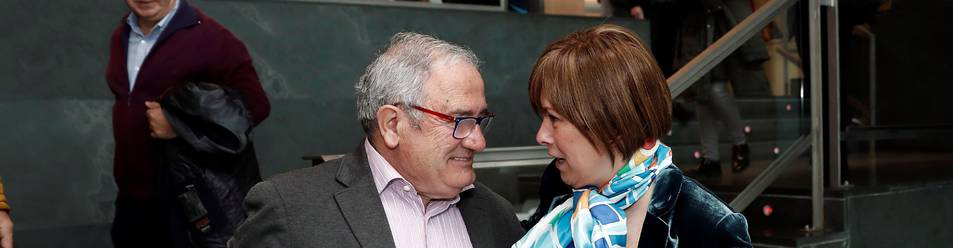 Saludo entre Luis Sabalza y Uxue Barkos en el Parlamento.
