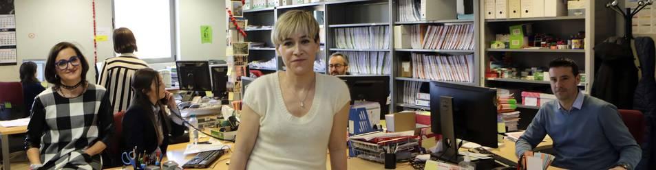 Foto de la jueza Esther Fernández,  en la oficina en la que trabajan los funcionarios del Juzgado Nº5 de lo Penal, en el Palacio de Justicia de Navarra.