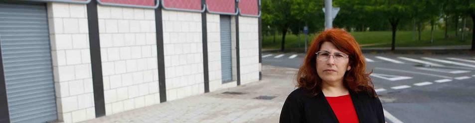 """La candidata de SAIn quiso ser fotografiada en la puerta de un prostíbulo de Pamplona porque entiende que allí trabajan """"personas explotadas y esclavizadas""""."""