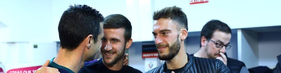 Foto de Miguel Flaño, junto a los actuales capitanes Oier Sanjurjo y Roberto Torres, el día de su despedida de Osasuna.