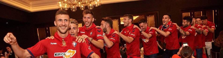 Los jugadores de Osasuna, con Oier a la cabeza, festejan el ascenso en el Restaurante Castillo de Gorraiz.