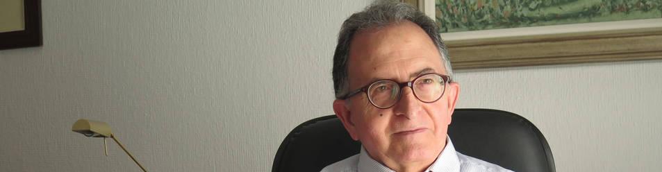 Foto de Manuel Gurpegui, navarro de Andosilla y catedrático de Psiquiatría en Granada, en su despacho de trabajo.