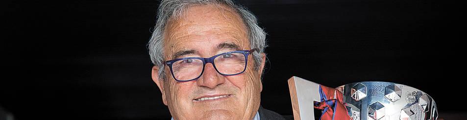 Foto de Luis Sabalza, con el título de Segunda División.