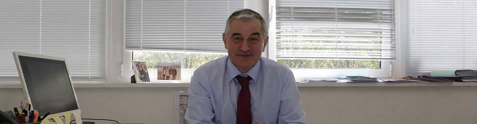 Dámaso Molero Sánchez posa en su despacho.