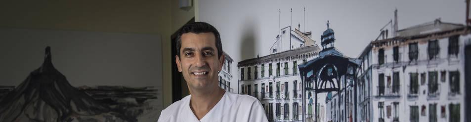 Foto de Nicolás Martínez Velilla, jefe de Geriatría del Complejo Hospitalario de Navarra, en la planta de hospitalización.