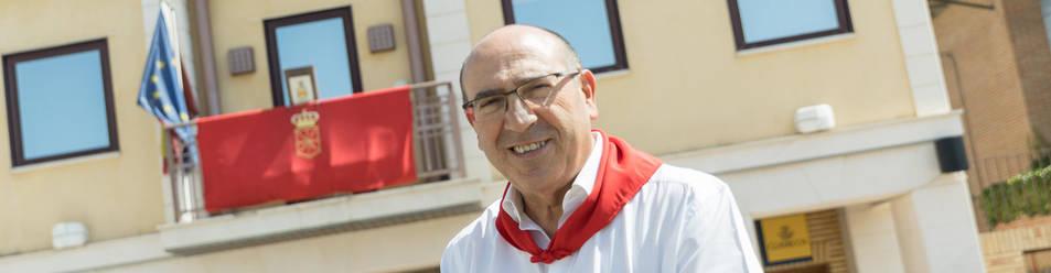Foto del alcalde de Monteagudo, Mariano Herrero, en la plaza desde la que se dará inicio a las fiestas.