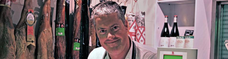 Foto del carnicero Javier Salaverri Beunza, en su puesto del mercado del Ensanche de Pamplona.