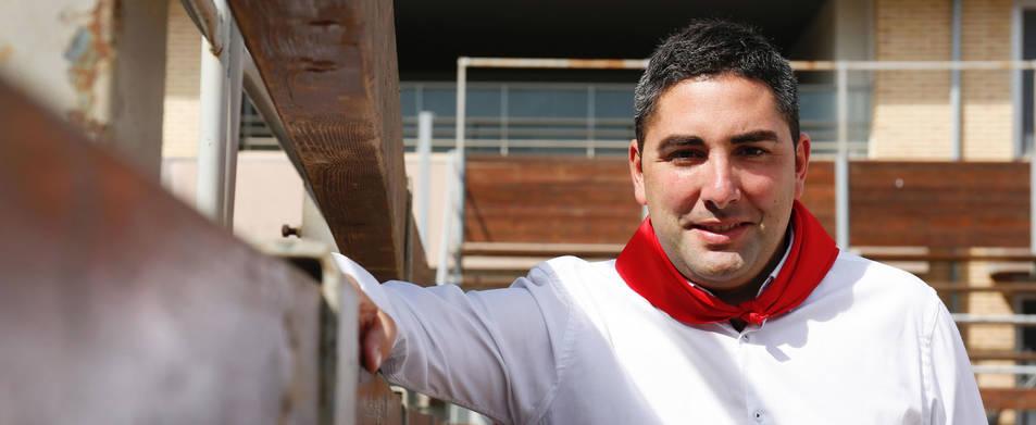 El alcalde de Ribaforada, Tirso Calvo Zardoya, junto al vallado de la plaza de toros portátil de la localidad.