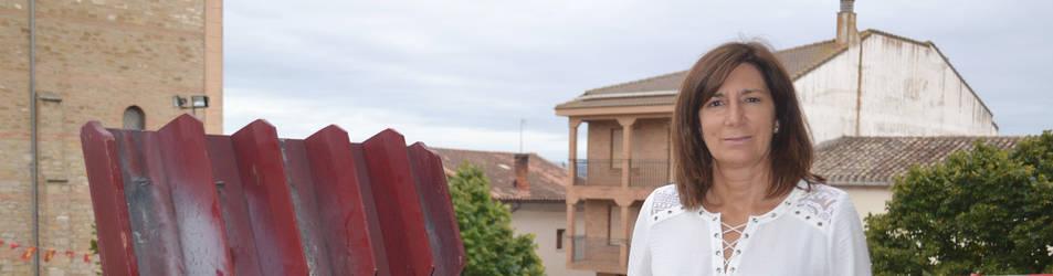 La alcaldesa de Mendavia, Mª José Verano, en el balcón consistorial donde hoy lanzará el chupinazo de su localidad.
