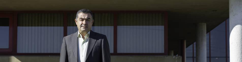 Foto de José Juste, en el exterior de AIN, momentos antes de la entrevista.