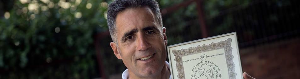 Foto de Miguel Induráin, con el diploma acreditativo como recordman de la hora de septiembre de 1994.