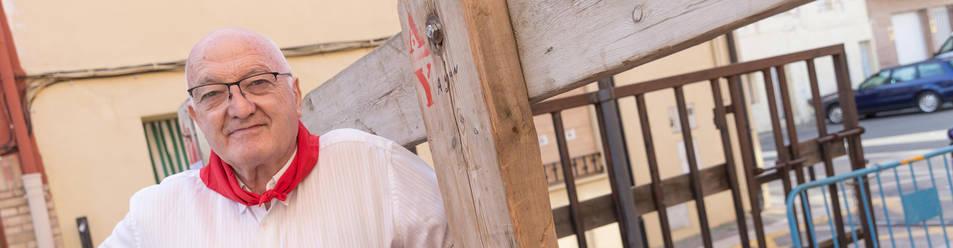 Foto del nuevo alcalde, Carmelo Arriazu, posa junto al vallado del encierro.