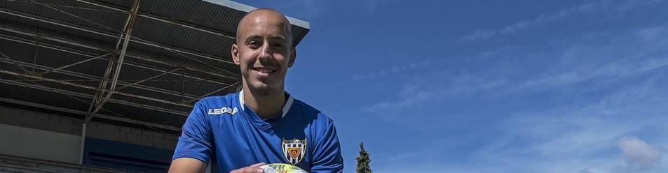 El extremo Antonio 'Toni' García Montero, máximo goleador de la categoría, en el campo de Merkatondoa tras el entrenamiento de ayer con el Izarra.