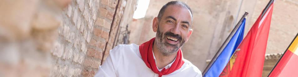 Foto de Gorka García Izal, Alcalde de Corella, posa en el balcón del ayuntamiento.