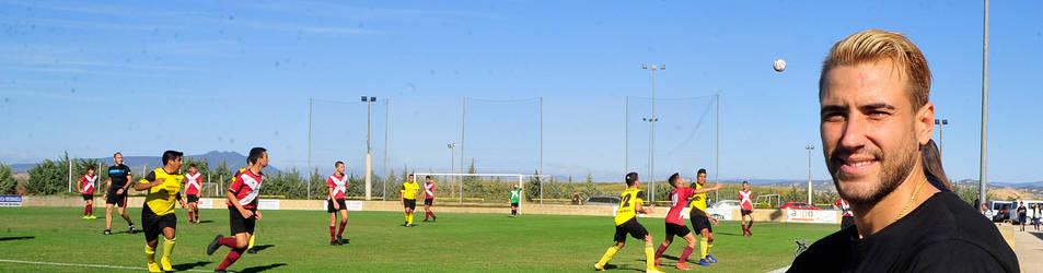 Foto de Borja Ekiza, en el campo de fútbol de Larraga, donde su equipo, el San Miguel, disputa sus partidos como local en el grupo 1 de la Regional Preferente.