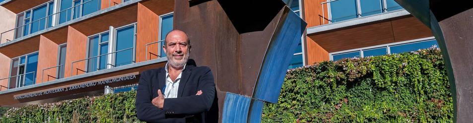 Foto de Emilio Cigudosa, este lunes junto a la escultura de la gota de agua, uno de los símbolos de la mancomunidad.