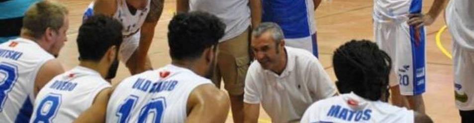 Juancho Ferreira, en el centro de la imagen, da instrucciones a su equipo el pasado domingo.