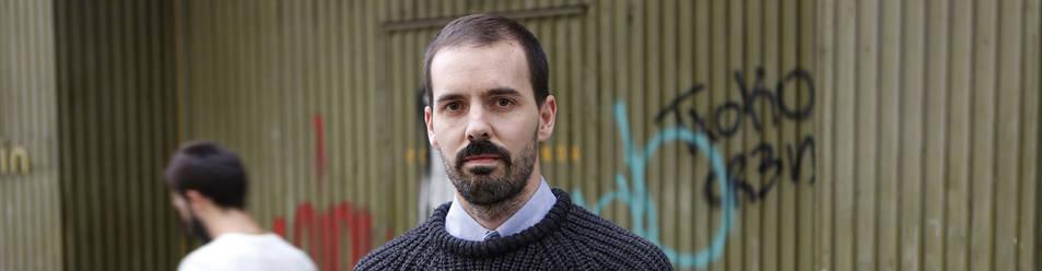 Foto de Iñigo Sota Heras, periodista y doctor en Sociología, fotografiado ayer en la calle San Fermín de Pamplona.