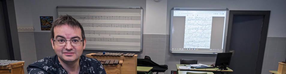 Foto de Alberto Royo, en el aula de música del IES Tierra Estella, donde imparte clase a alumnos  de 1º y 3º de ESO (12 y 14 años).