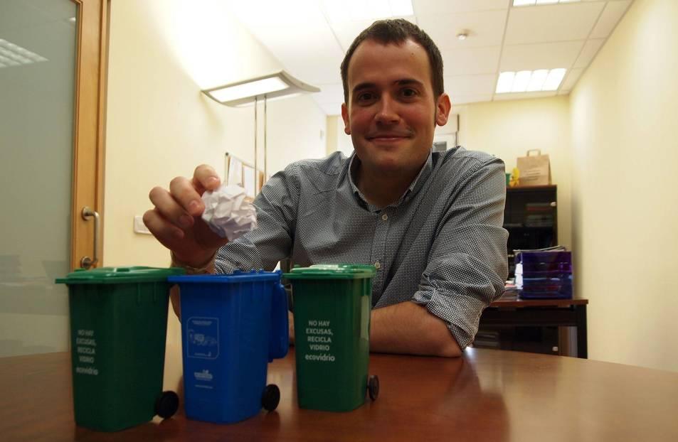 Javier Solozábal Amorena, presidente de la Mancomunidad de Sangüesa, con contenedores en miniatura.