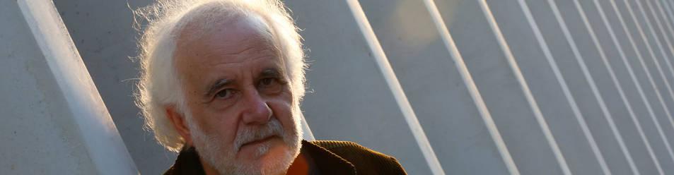Foto de Ramón Andrés, este lunes, en el exterior de la Biblioteca de Navarra donde impartió su conferencia.