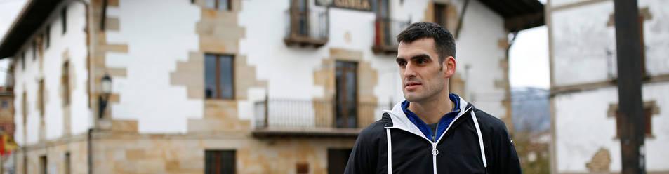 Foto de Joseba Ezkurdia con su segunda txapela consecutiva del Cuatro y Medio, en la plaza del Ayuntamiento de su Arbizu natal.