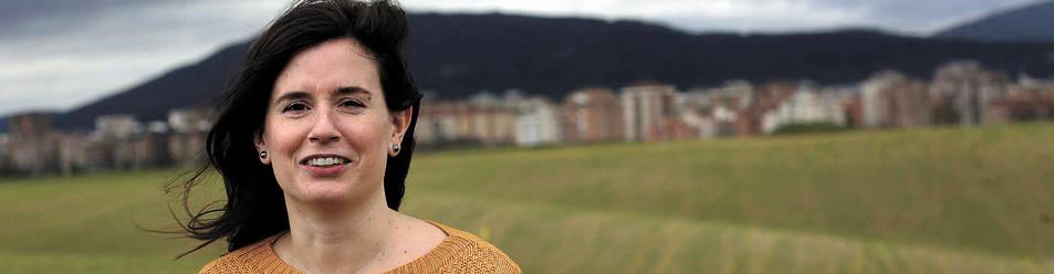 Maria Ibarrola posa en el alto de Cordovilla con los campos de cereal y el barrio de Iturrama a sus espaldas.