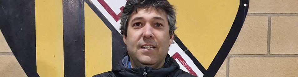 Raúl Marco posa con la camiseta de la Peña Azagresa.