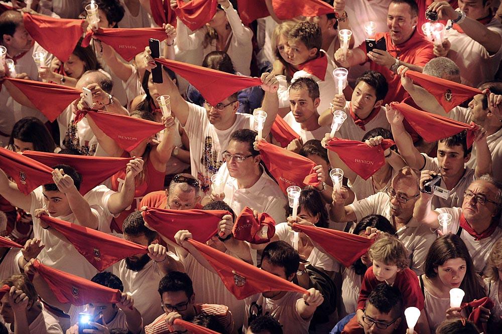Miles de personas volvieron a abarrotar la Plaza Consistorial para, vela en mano, despedir los Sanfermines 2015. El