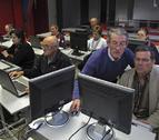 La labor de voluntarios permite a Lerín cursos de informática y castellano