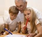 El abuelo, el 'bastón' de los padres en el cuidado de los niños