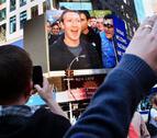 Mark Zuckerberg toca la campana el día del debut de Facebook