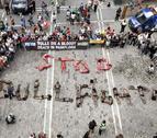 Activistas protestan con sus cuerpos por el