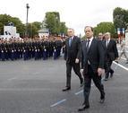 Hollande preside por primera vez el desfile en la Fiesta Nacional