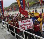 Largas filas de venezolanos apuran las horas para despedir a Chávez