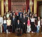 Iribas entrega diplomas a 30 alumnos premiados en distintos certámenes escolares