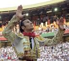 David Mora, primer matador a hombros en San Fermín 2013
