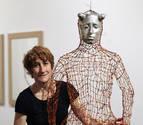 La muestra 'Artea Oinez' en Pamplona, homenajea a la artista Dora Salazar