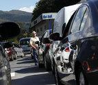 Un hombre observa las hileras de vehículos formadas junto a la ITV de Santesteban.
