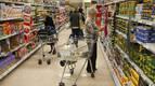 El 77% de los españoles compra sólo productos básicos para  ahorrar