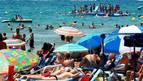 La playa de Salou, repleta de turistas.