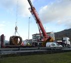 Retenciones tras caer parte de la carga de un camión en Aizoáin