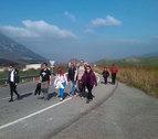 Los peregrinos caminan hacia Javier en una jornada primaveral