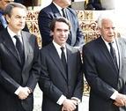 Zapatero, González y Aznar muestran su respeto ante el féretro