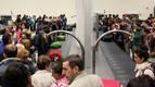 Decenas de pasajeros esperan a que salgan sus maletas por la cinta transportadora nada más aterrizar el vuelo procedente de Estambul. Llegaron con una hora de retraso