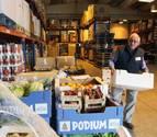 Un hombre trabaja clasificando cajas de productos en el almacén del Banco de Alimentos