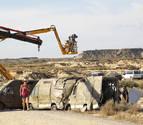 El equipo de rodaje realiza un parón junto a la grúa y a los furgones empleados en las secuencias rodadas en las Bardenas