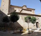 Una imagen del estado actual de la antigua iglesia de San Nicolás con vallas de protección ante su fachada