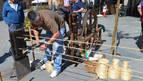 Pedro García (a la izquierda) supervisa la elaboración de una cuerda en su última exhibición en Viana.