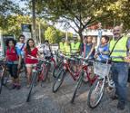 Miembros de la asociación y vecinos que acuden a las clases para manejarse en bicicleta en la ciudad. A la derecha, Jesús Sukuntza